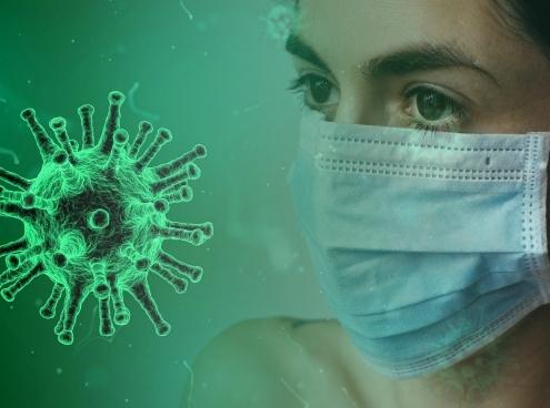 Microscopische foto van het coronavirus en vrouw met mondkapje